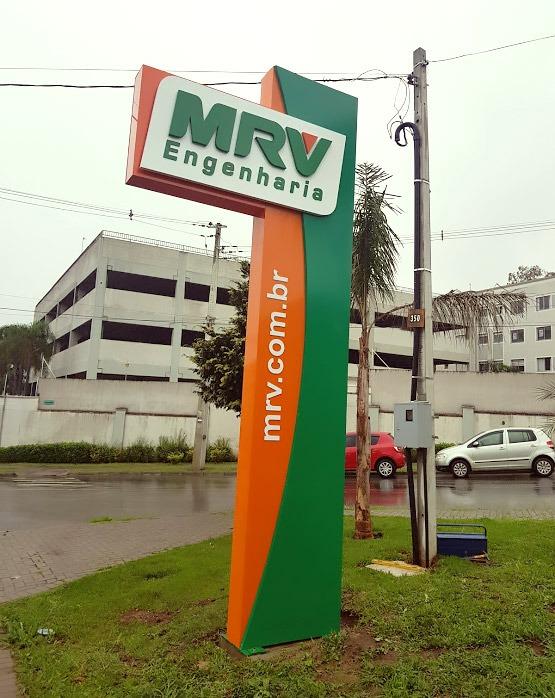 Totem produzido para fachada de loja da MRV